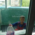 Наши ребята заняты утеплением лоджии в Екатеринбурге