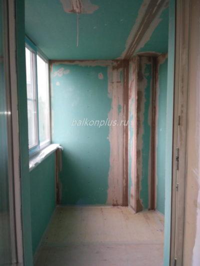 Стоимость отделки балкона включает остекление и утепление