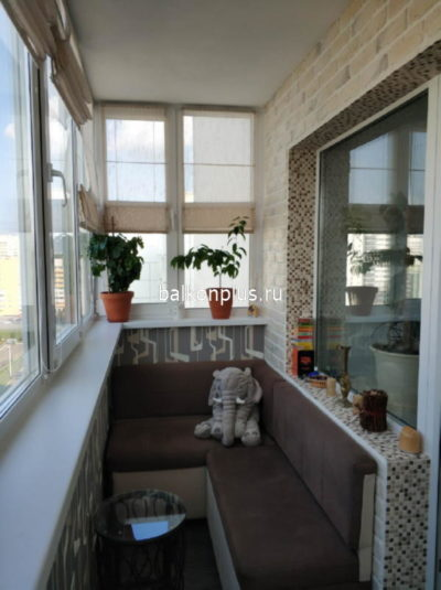 Комбинированная отделка балкона из обоев и декоративного камня. Снимок нашего клиента с ул. Сахарова в Челябинске.