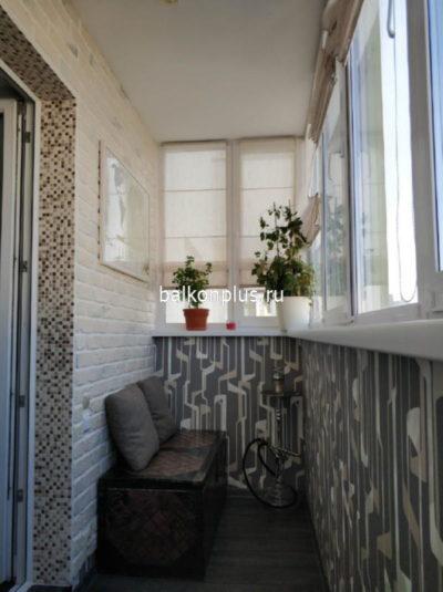 Отделка балкона декоративным камнем и обоями.